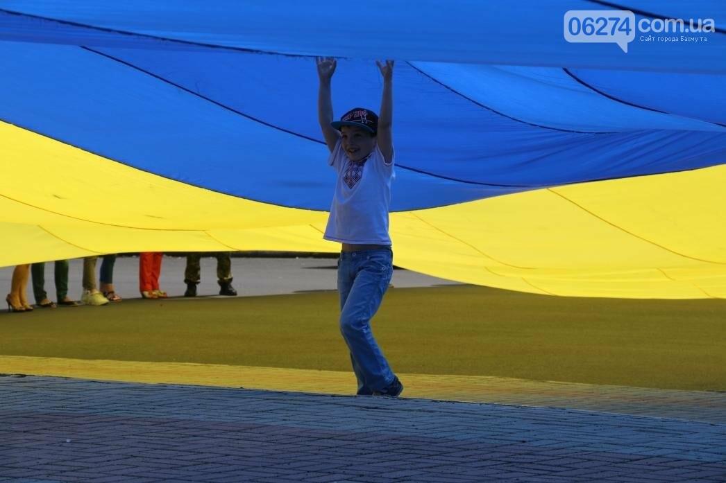В Бахмуте развернули один из самых больших национальных флагов в Украине, фото-7