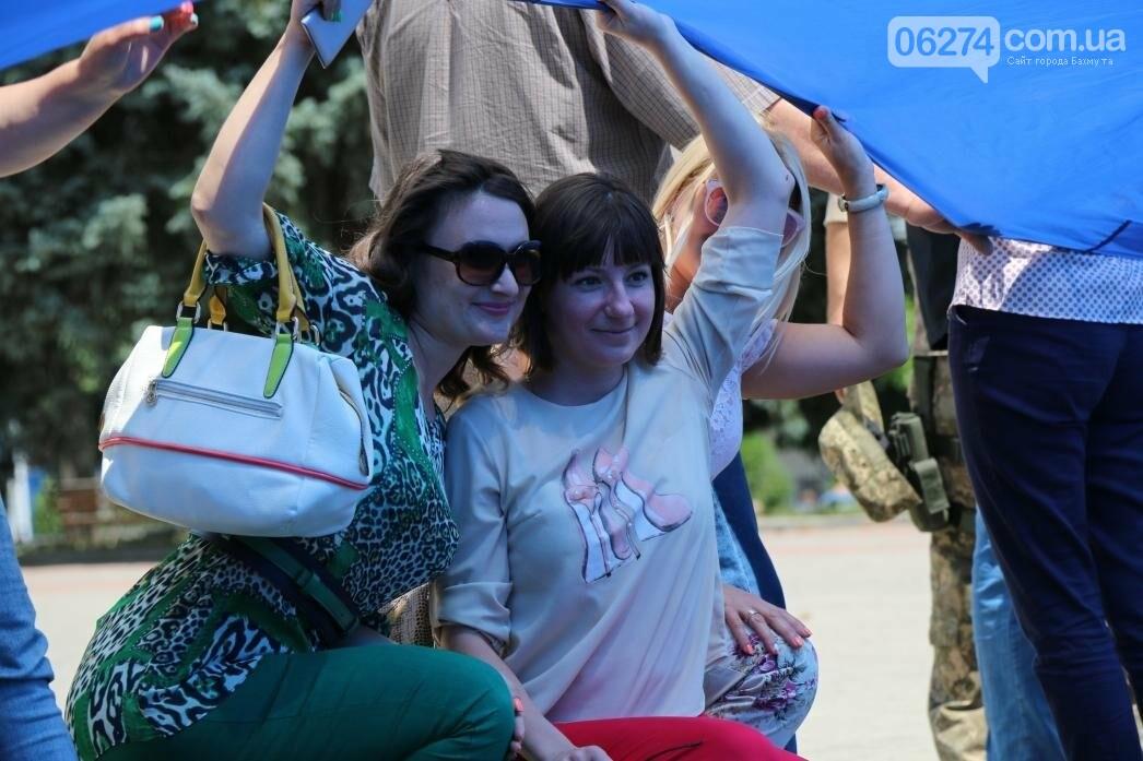 В Бахмуте развернули один из самых больших национальных флагов в Украине, фото-8
