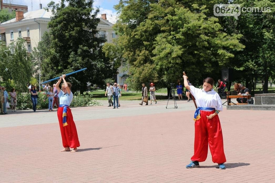 В Бахмуте развернули один из самых больших национальных флагов в Украине, фото-11