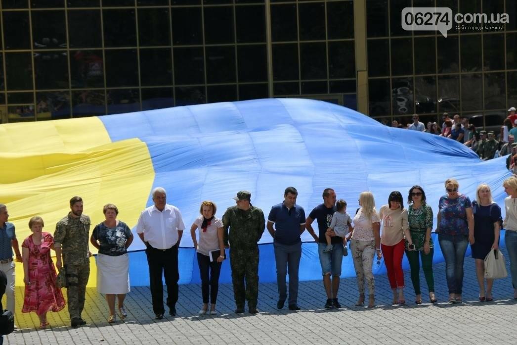 В Бахмуте развернули один из самых больших национальных флагов в Украине, фото-6