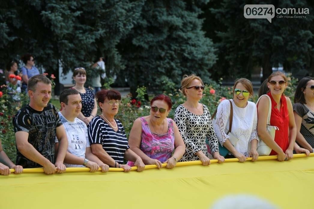 В Бахмуте развернули один из самых больших национальных флагов в Украине, фото-13