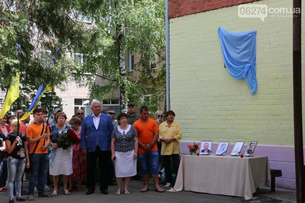 Мемориальную доску в Бахмуте открыли в честь защитников Украины, фото-7