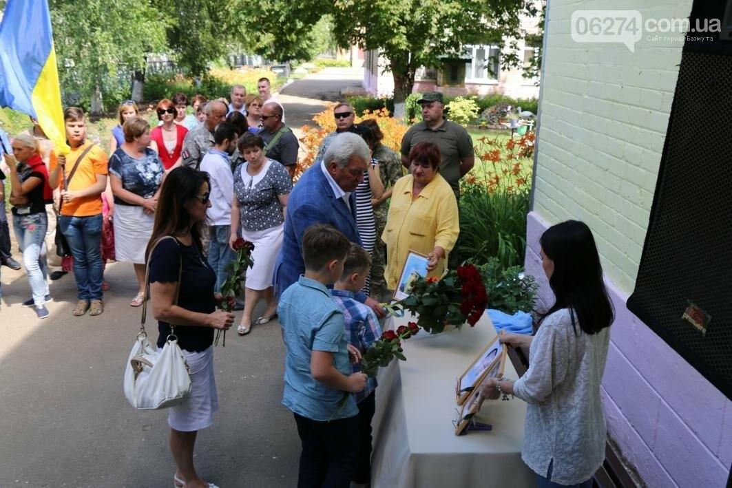 Мемориальную доску в Бахмуте открыли в честь защитников Украины, фото-11