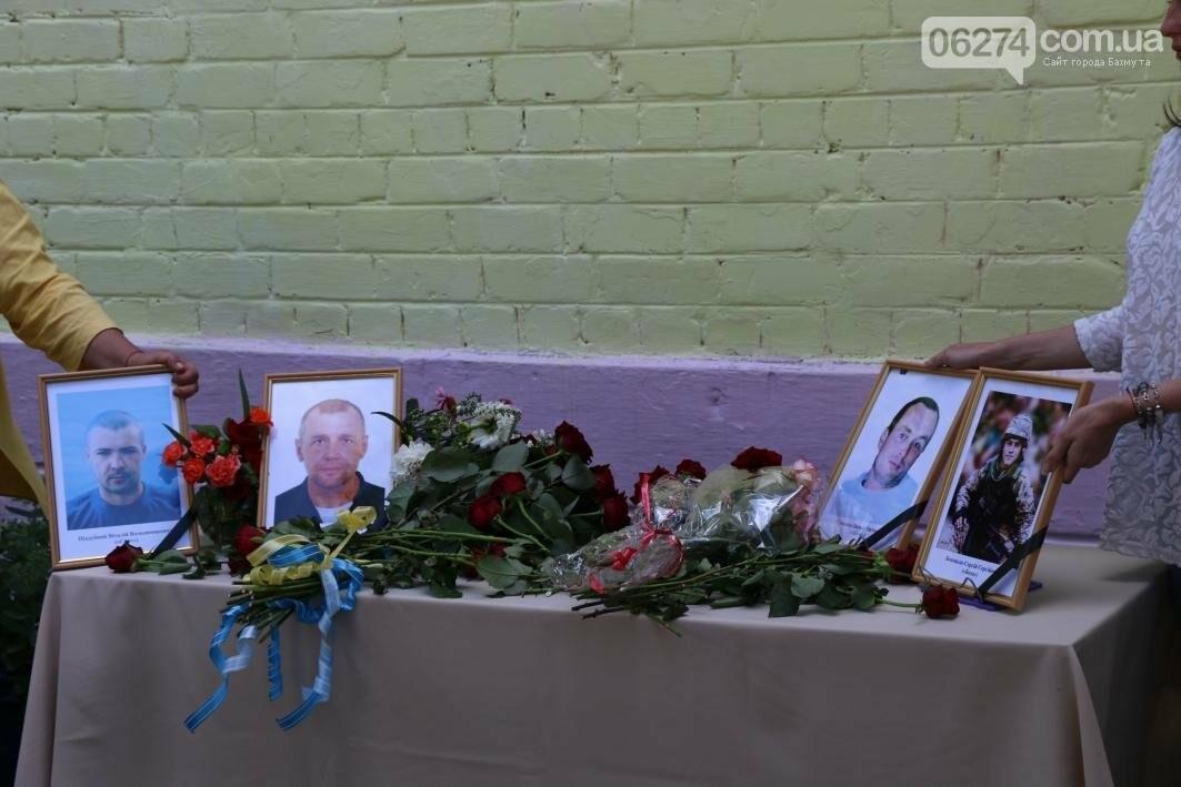Мемориальную доску в Бахмуте открыли в честь защитников Украины, фото-13