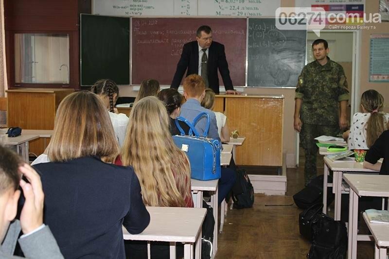 О «Полиции 102» и безопасности в зоне АТО рассказали правоохранители в школах Бахмута на «Факультативе с полицейскими», фото-2