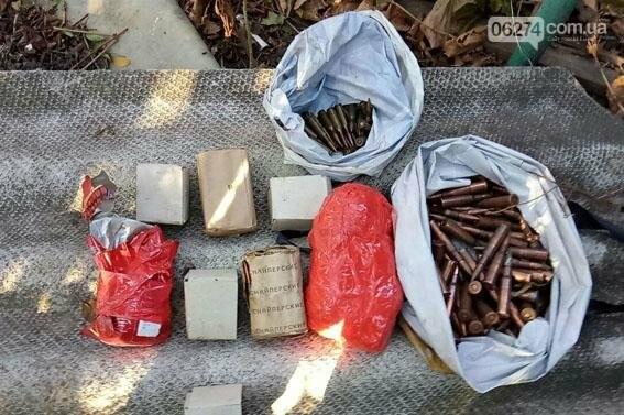 В Бахмуте по месту жительства беглого боевика правоохранители обнаружили схрон оружия, фото-3