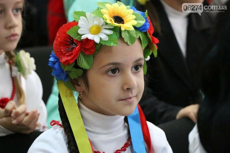 Для защитников Украины школьники города устроили фестиваль украинского творчества, фото-12