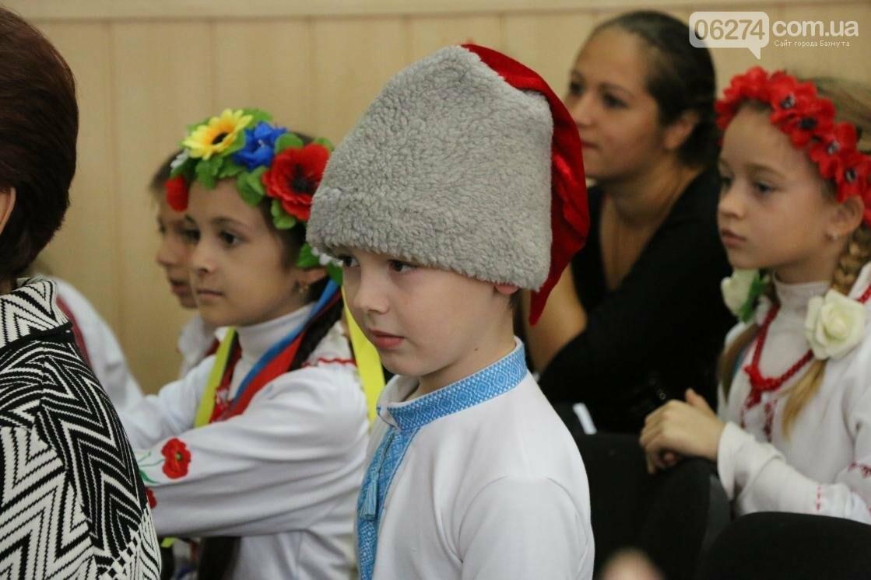 Для защитников Украины школьники города устроили фестиваль украинского творчества, фото-9