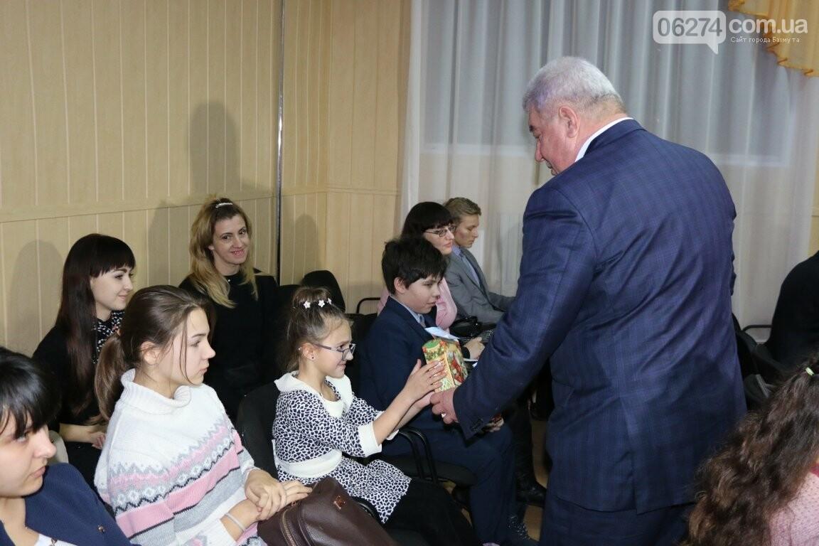 Не только под подушку: в Бахмуте Святой Николай поздравил детей в мюзикле, фото-5