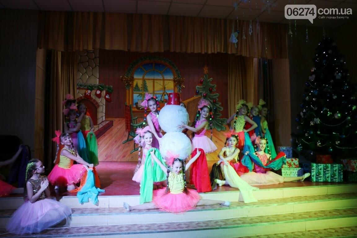 Не только под подушку: в Бахмуте Святой Николай поздравил детей в мюзикле, фото-24