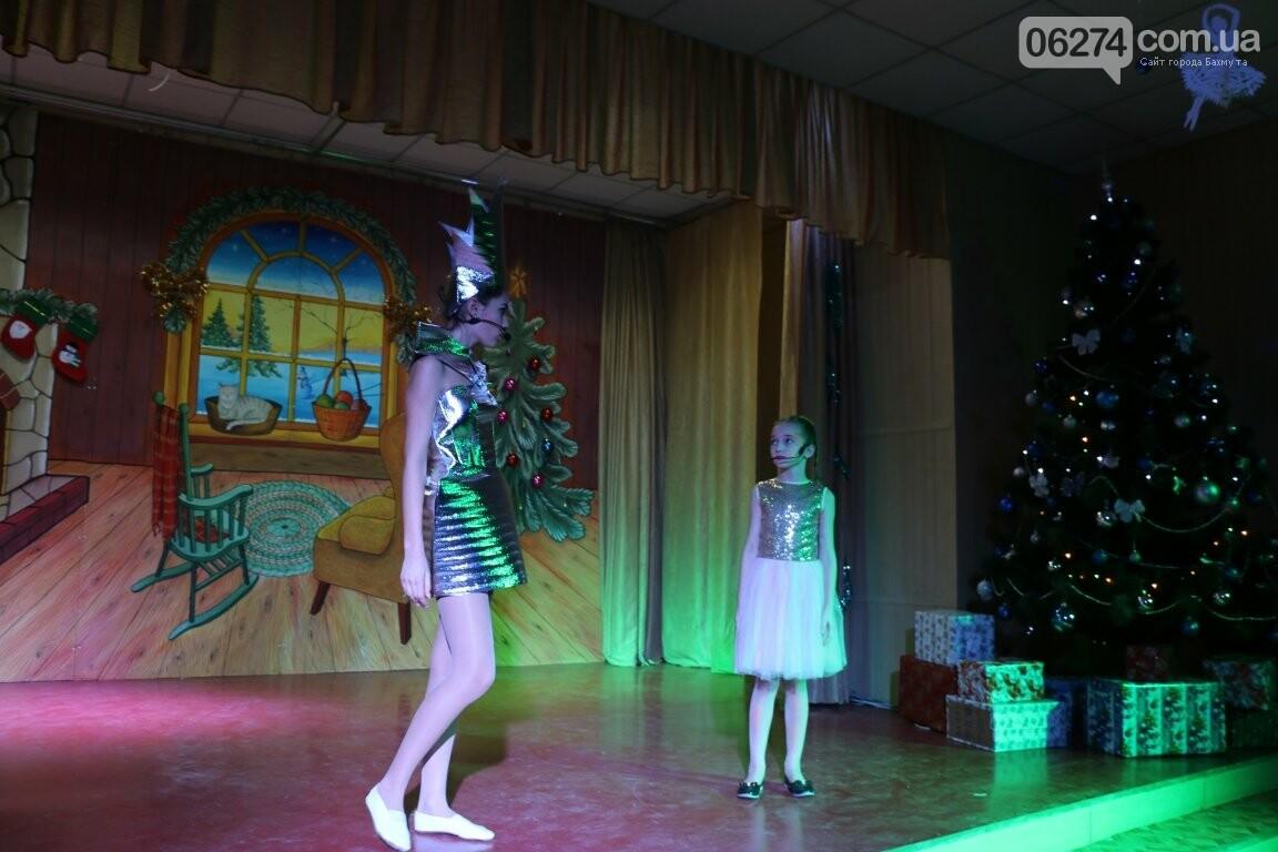 Не только под подушку: в Бахмуте Святой Николай поздравил детей в мюзикле, фото-15