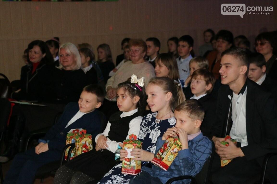 Не только под подушку: в Бахмуте Святой Николай поздравил детей в мюзикле, фото-14