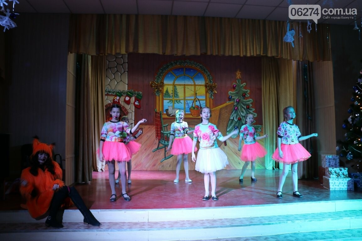 Не только под подушку: в Бахмуте Святой Николай поздравил детей в мюзикле, фото-21