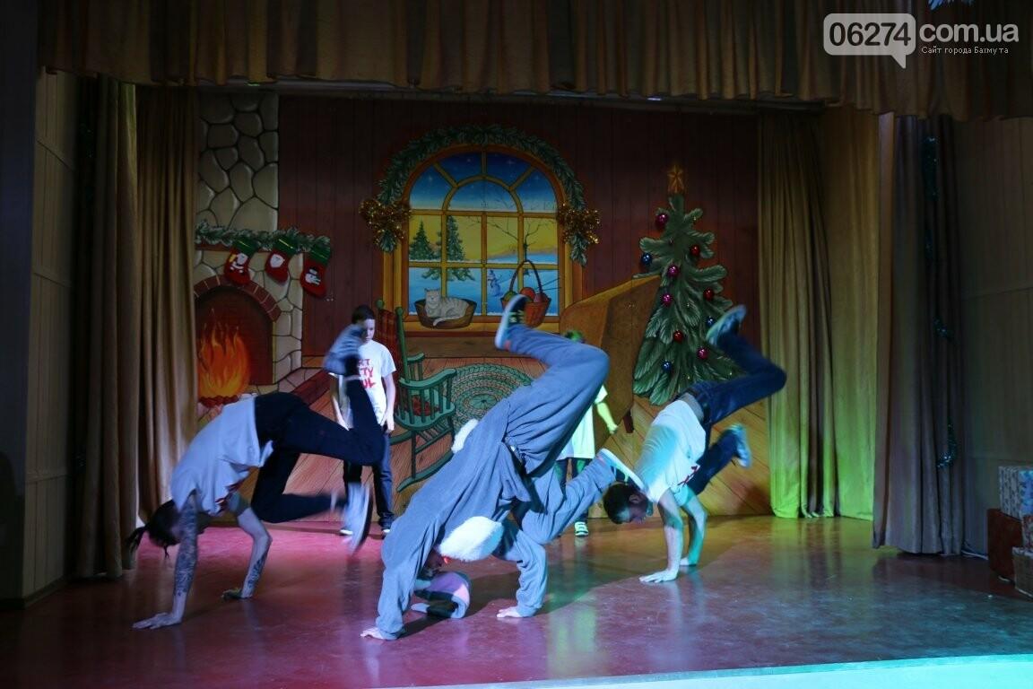 Не только под подушку: в Бахмуте Святой Николай поздравил детей в мюзикле, фото-13