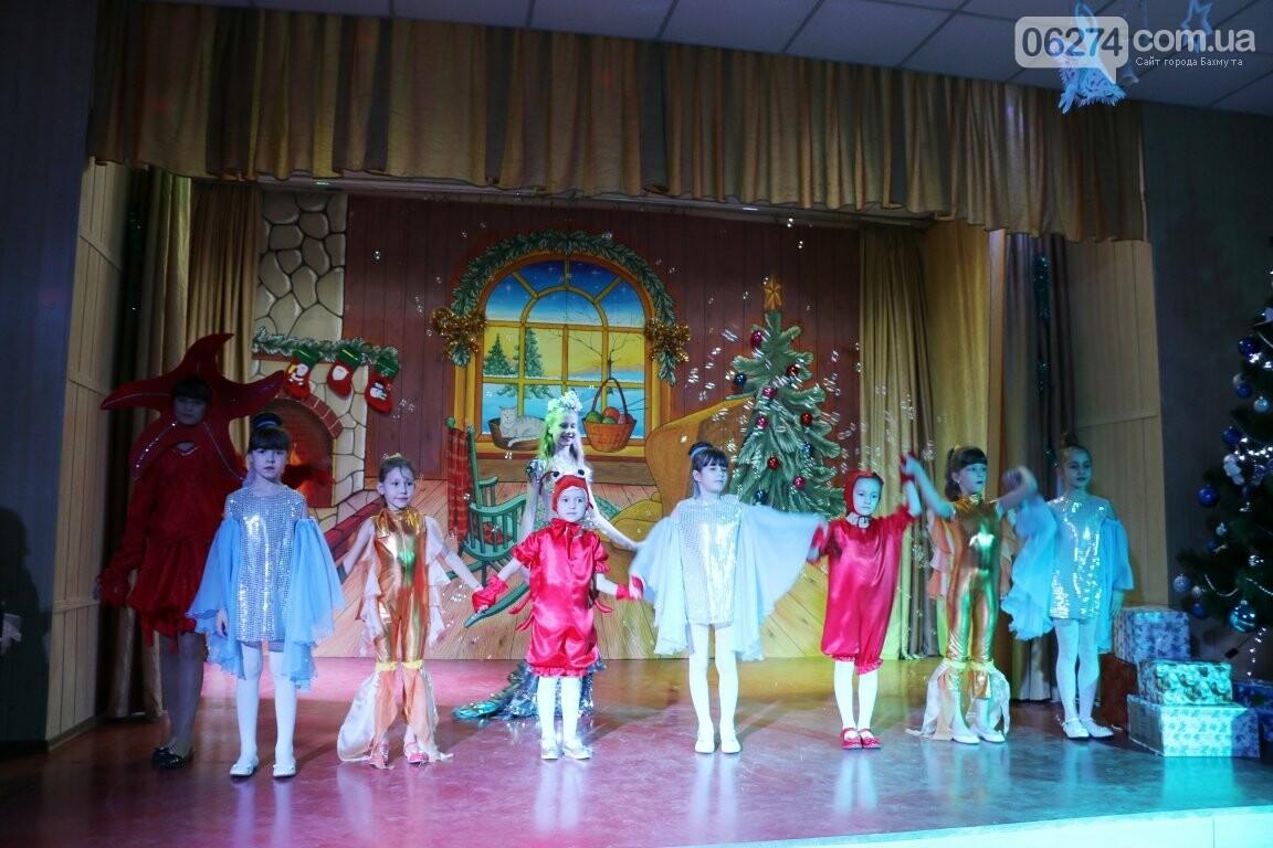 Не только под подушку: в Бахмуте Святой Николай поздравил детей в мюзикле, фото-27