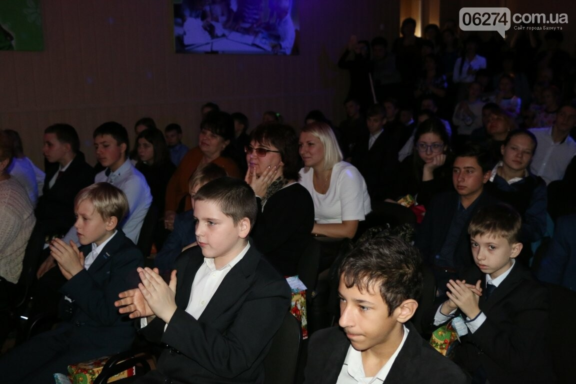Не только под подушку: в Бахмуте Святой Николай поздравил детей в мюзикле, фото-12