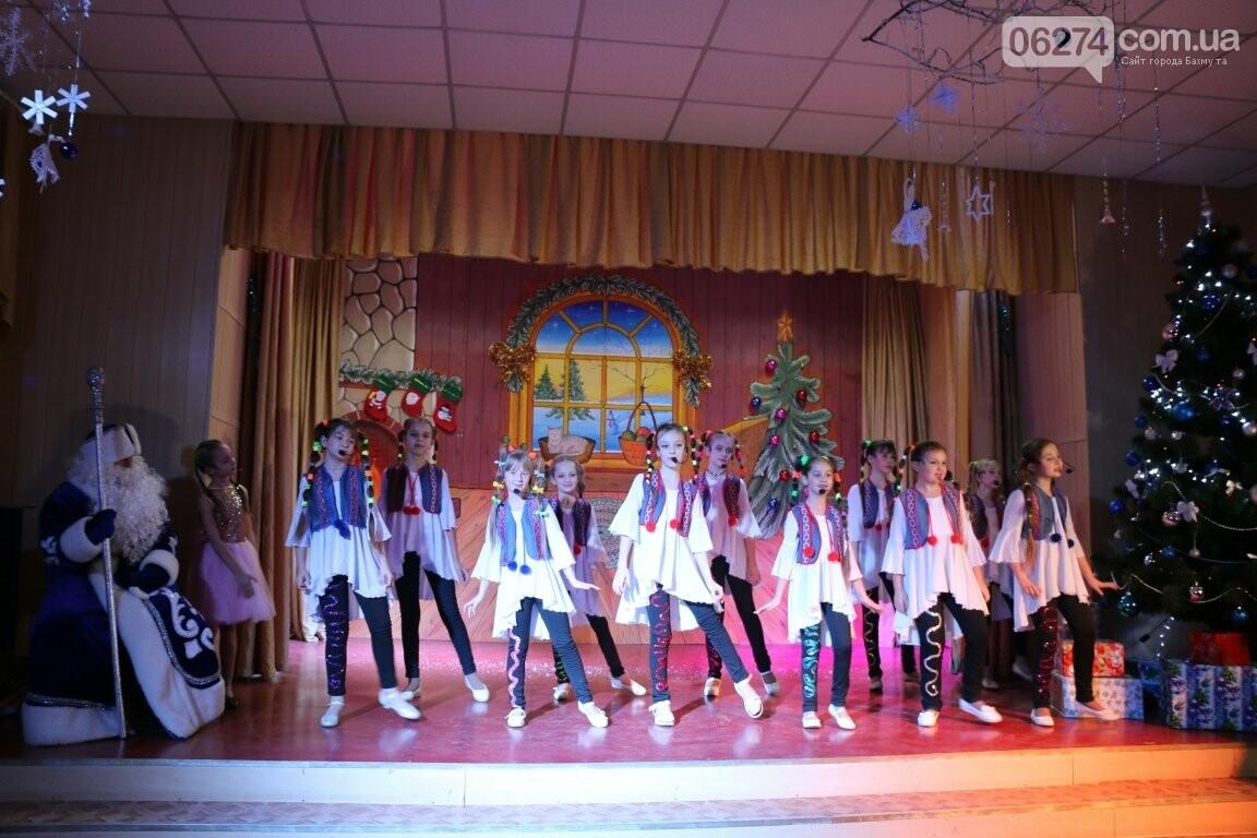 Не только под подушку: в Бахмуте Святой Николай поздравил детей в мюзикле, фото-26