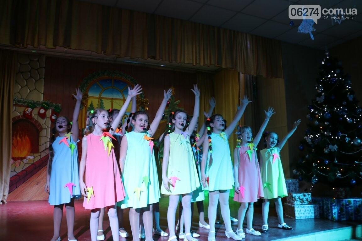 Не только под подушку: в Бахмуте Святой Николай поздравил детей в мюзикле, фото-8
