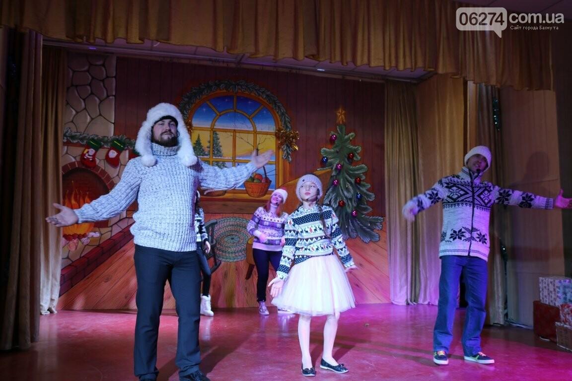 Не только под подушку: в Бахмуте Святой Николай поздравил детей в мюзикле, фото-17