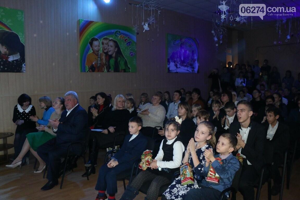 Не только под подушку: в Бахмуте Святой Николай поздравил детей в мюзикле, фото-18