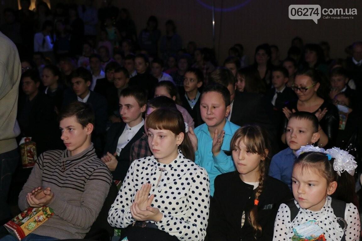Не только под подушку: в Бахмуте Святой Николай поздравил детей в мюзикле, фото-9