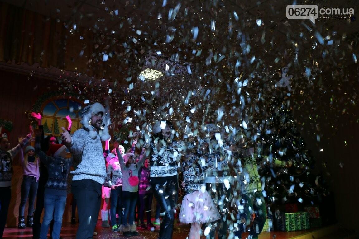 Не только под подушку: в Бахмуте Святой Николай поздравил детей в мюзикле, фото-30