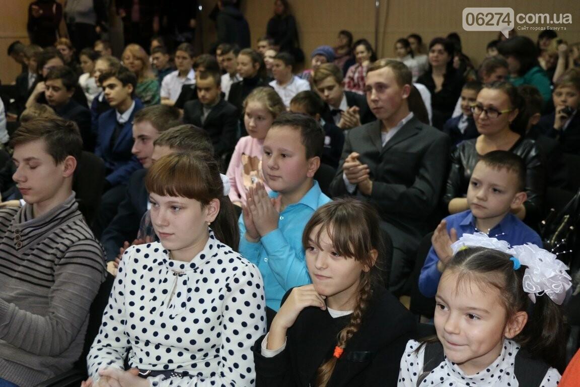 Не только под подушку: в Бахмуте Святой Николай поздравил детей в мюзикле, фото-1