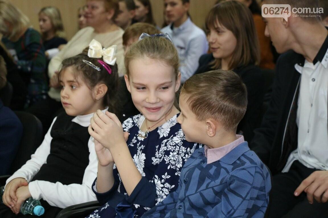 Не только под подушку: в Бахмуте Святой Николай поздравил детей в мюзикле, фото-4