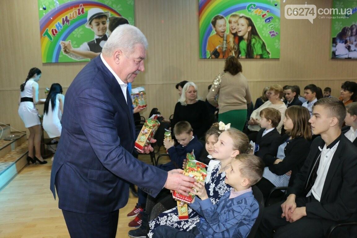 Не только под подушку: в Бахмуте Святой Николай поздравил детей в мюзикле, фото-7