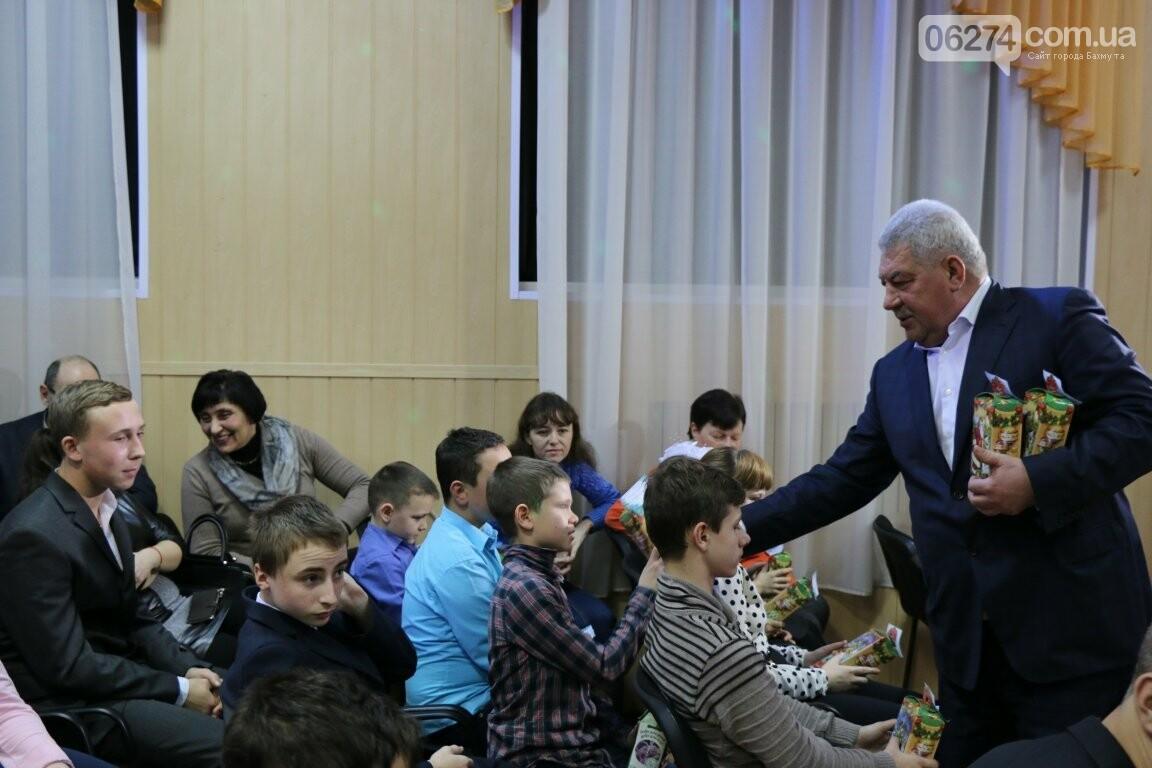 Не только под подушку: в Бахмуте Святой Николай поздравил детей в мюзикле, фото-3