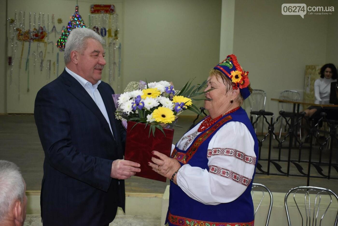 Мэр Бахмута Алексей Рева поздравил ветеранов города с наступающими праздниками, фото-2