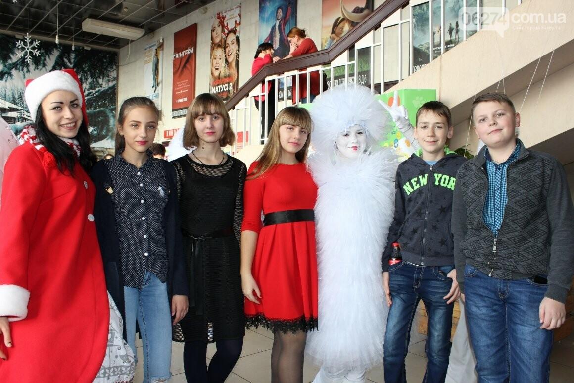 Новогоднюю мультфеерию устроили для талантливых детей Бахмута (ФОТО), фото-7