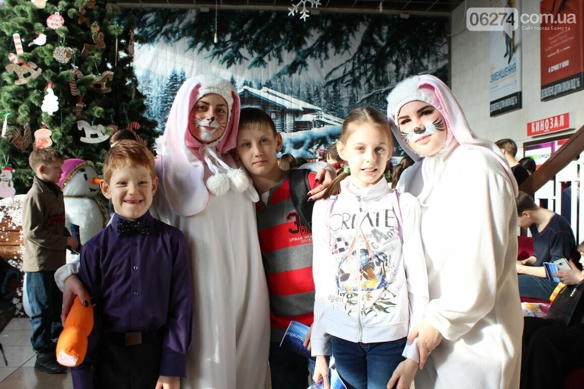 Новогоднюю мультфеерию устроили для талантливых детей Бахмута (ФОТО), фото-1
