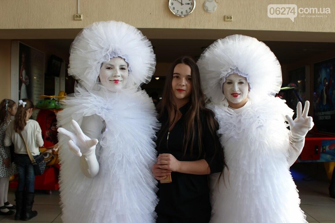 Новогоднюю мультфеерию устроили для талантливых детей Бахмута (ФОТО), фото-8