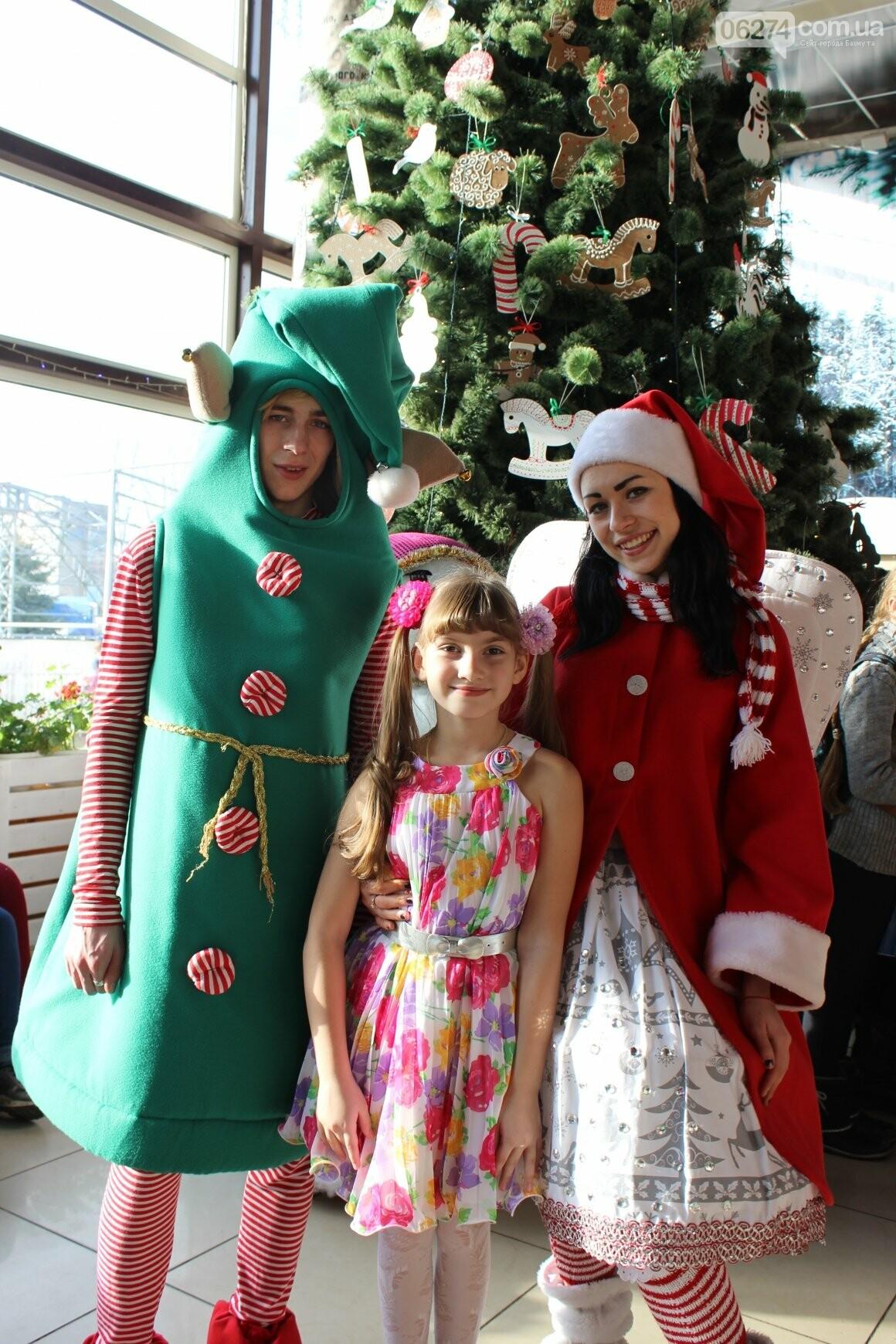Новогоднюю мультфеерию устроили для талантливых детей Бахмута (ФОТО), фото-5