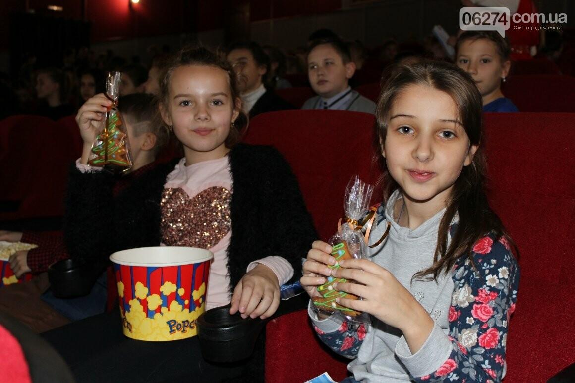 Новогоднюю мультфеерию устроили для талантливых детей Бахмута (ФОТО), фото-12