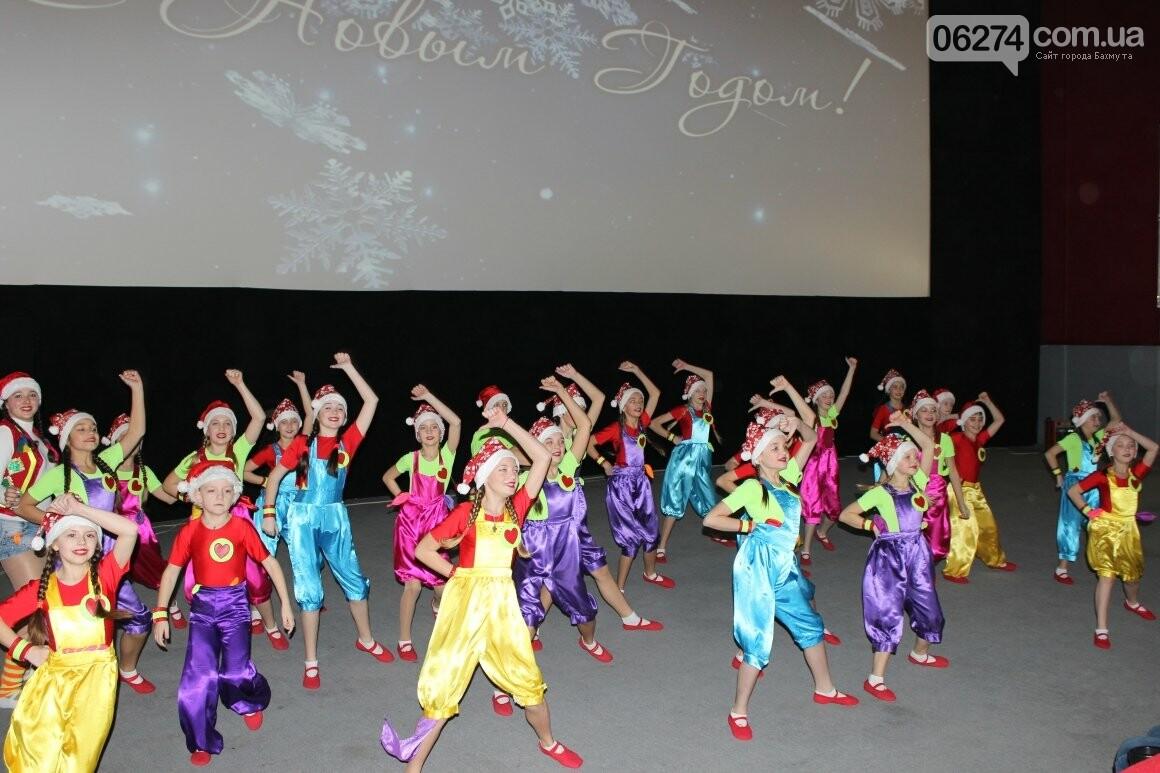 Новогоднюю мультфеерию устроили для талантливых детей Бахмута (ФОТО), фото-10