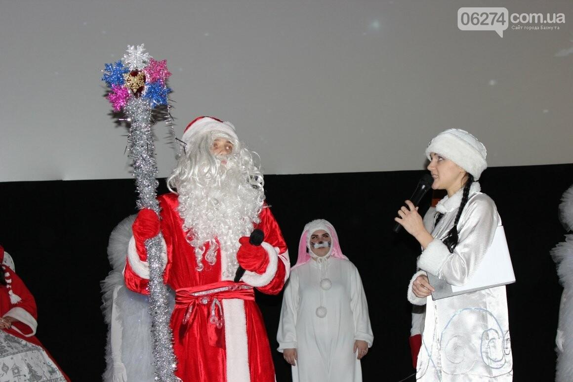 Новогоднюю мультфеерию устроили для талантливых детей Бахмута (ФОТО), фото-17