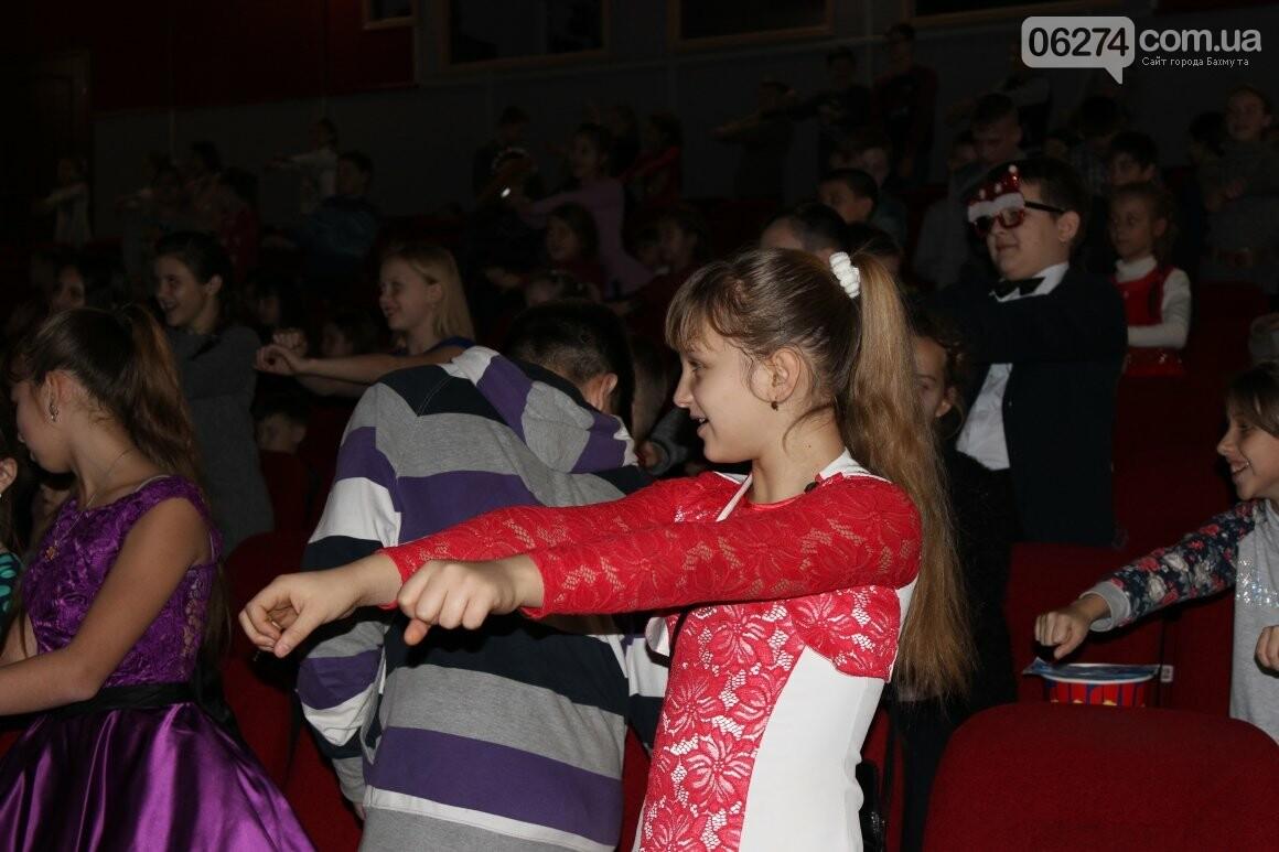 Новогоднюю мультфеерию устроили для талантливых детей Бахмута (ФОТО), фото-18