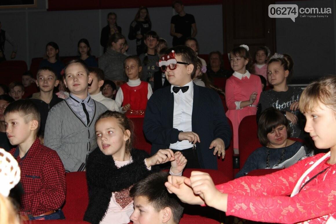 Новогоднюю мультфеерию устроили для талантливых детей Бахмута (ФОТО), фото-16