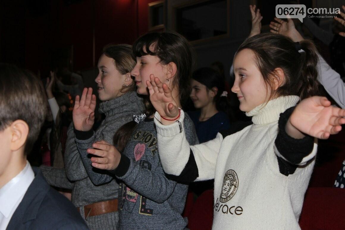 Новогоднюю мультфеерию устроили для талантливых детей Бахмута (ФОТО), фото-13