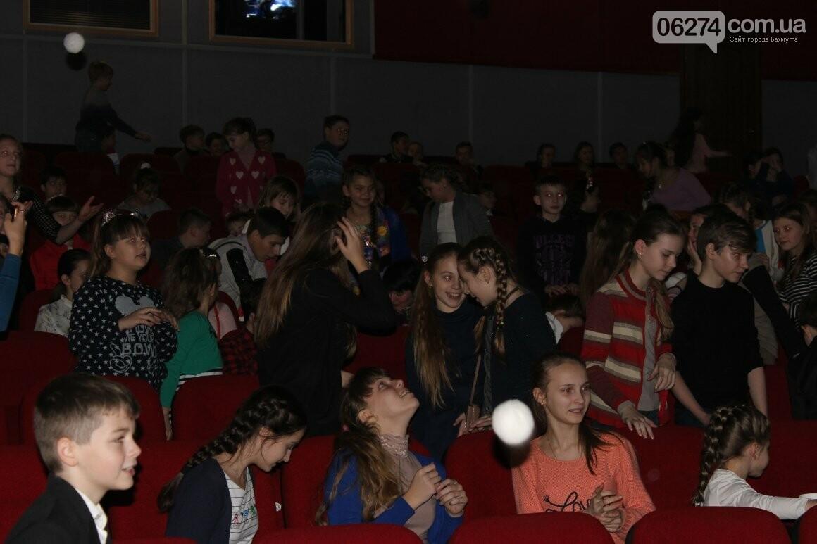 Новогоднюю мультфеерию устроили для талантливых детей Бахмута (ФОТО), фото-14