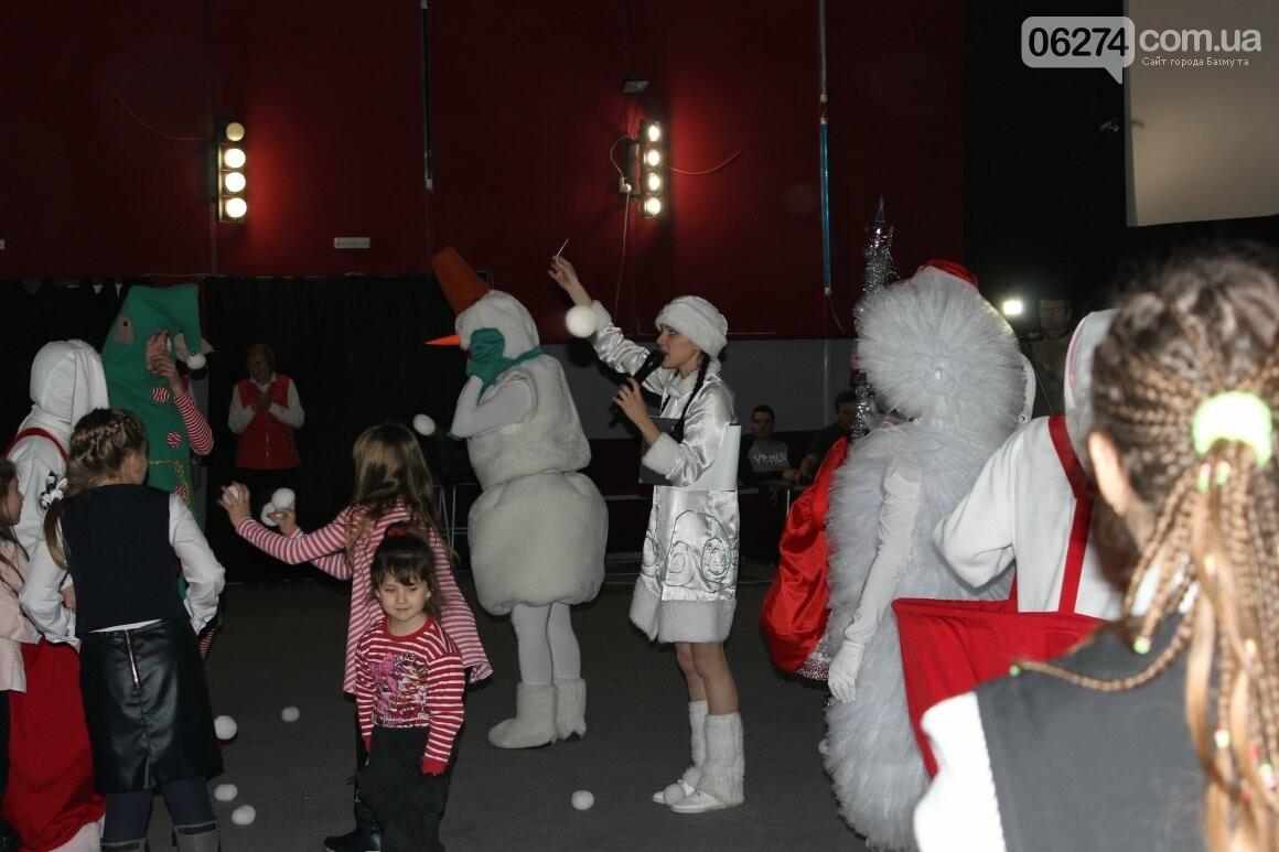 Новогоднюю мультфеерию устроили для талантливых детей Бахмута (ФОТО), фото-15