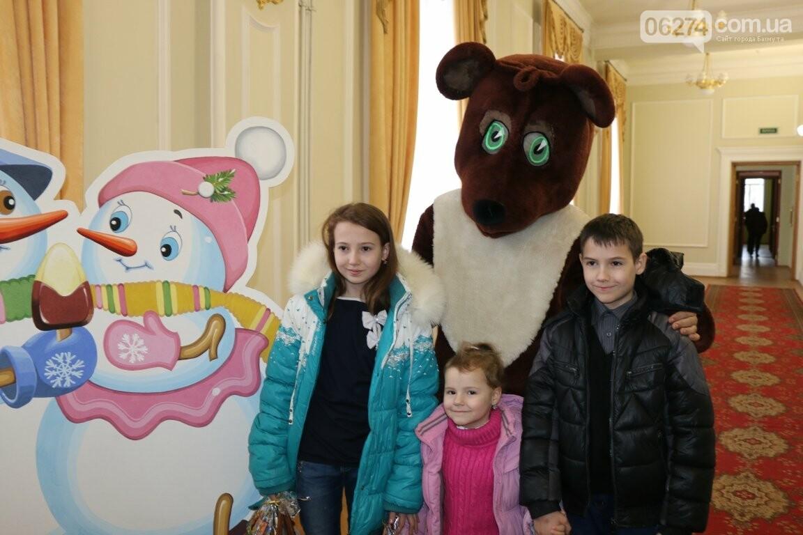 Детям Бахмута подарили новогоднее цирковое представление, фото-3