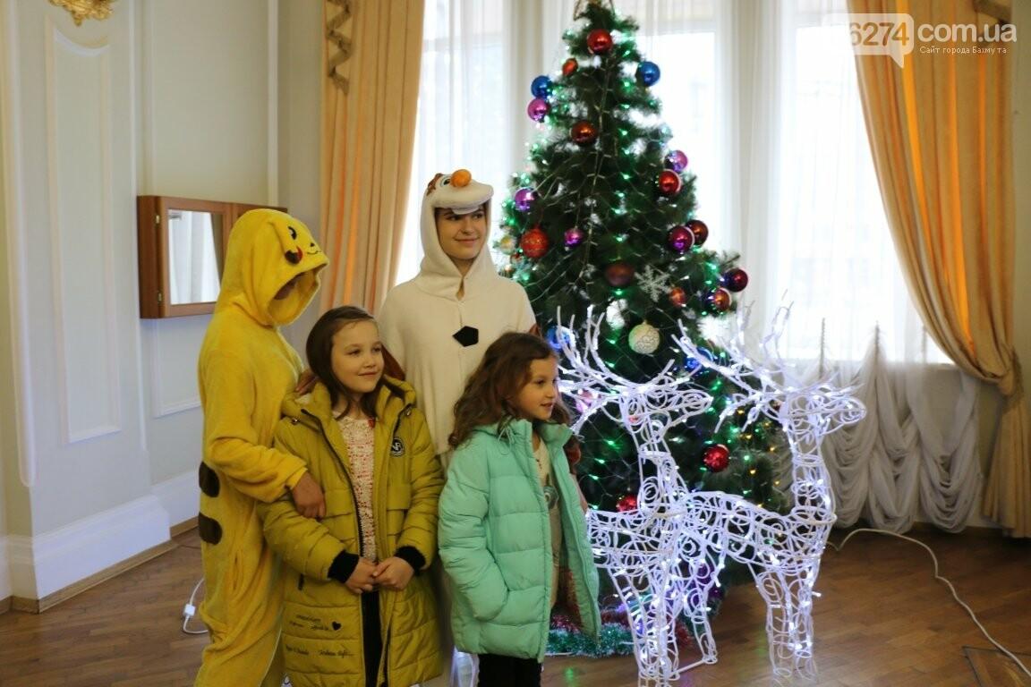 Детям Бахмута подарили новогоднее цирковое представление, фото-2