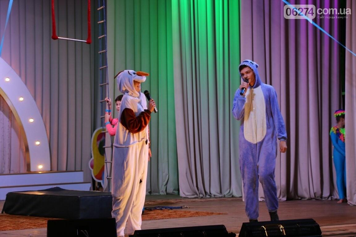 Детям Бахмута подарили новогоднее цирковое представление, фото-7
