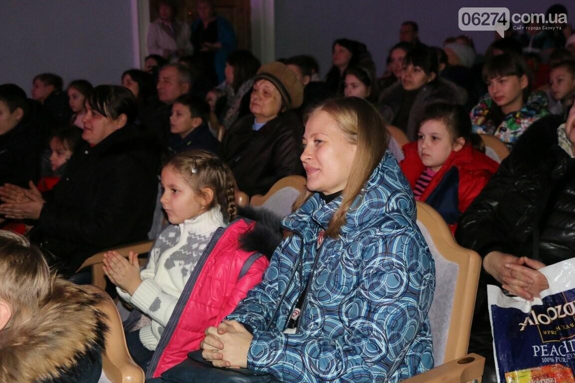Детям Бахмута подарили новогоднее цирковое представление, фото-17