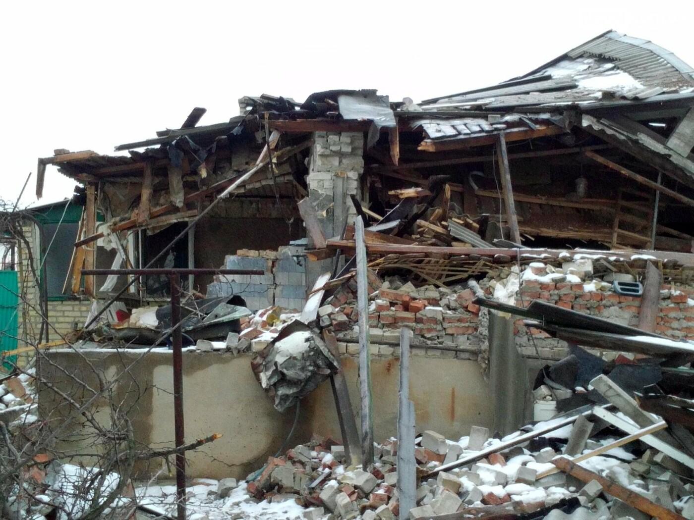 Пенсионерам, попавшим под обстрел в Новолуганском, требуется помощь, фото-1