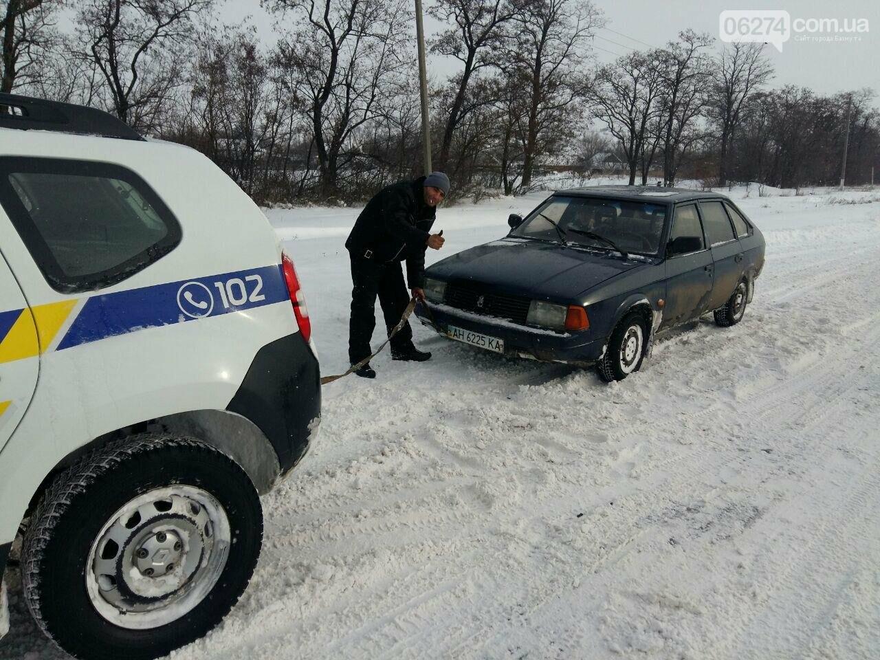 Полицейские Бахмута продолжают оказывать помощь участникам дорожного движения, фото-2