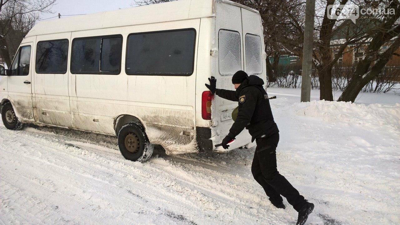 Полицейские Бахмута продолжают оказывать помощь участникам дорожного движения, фото-1